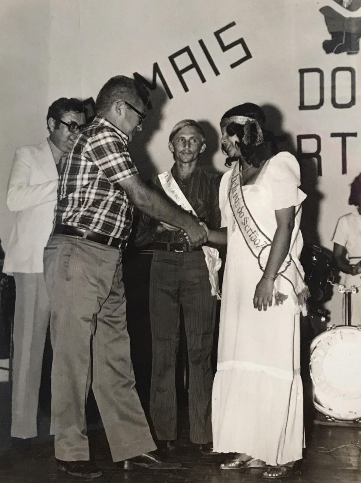 Dodora Cardoso recebendo premiação