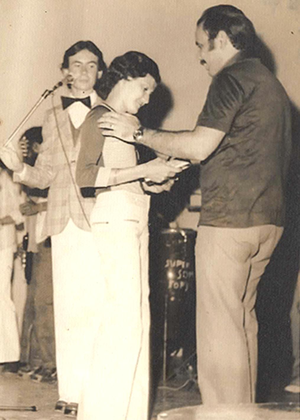 Fátima Morais recebendo premiação